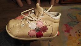 Sprzedam sznurowane buciki dla dziewczynki firmy Kornecki