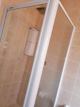 Shower cubicle with pivot door