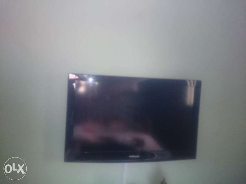 """Fairly used Samsung 32"""" LCD TV 4003 Series 0"""