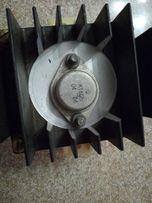 Транзистор КТ812Б с радиатором охлаждения.