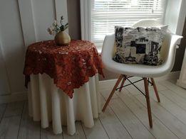 Okrągły stolik z nakryciem