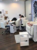 Белое кресло реклайнер с откидной спинкой. Мебли для салона красоты.