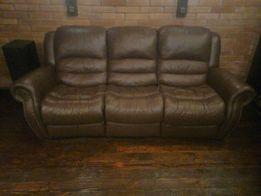 Отличный кожаный диван с реклайнером