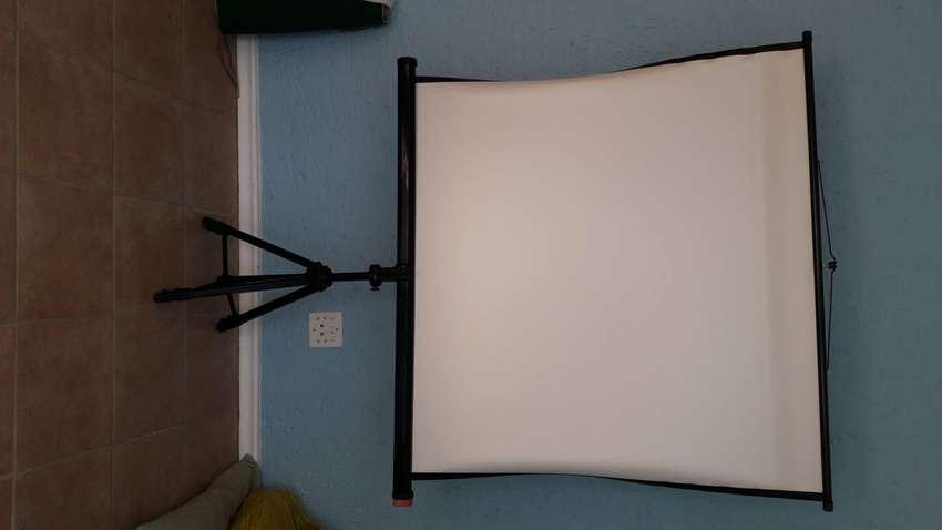 Reflecta projector and screen