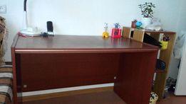 Письменный стол-парта для школьника.