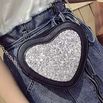 mała torebka serce na łańcuszku