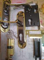 Дверні ручки з замками і ключами