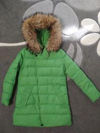 Пуховик Miss Fofo зеленый зимний зеленый с мехом енота 40 р-р, черный