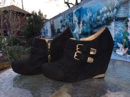 Продам осенние черные ботинки на танкетке с золотистой фурнитурой