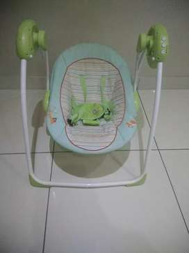 Baby electrical swing rocker ( Comes with new batteries)