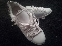 Białe eleganckie trampki