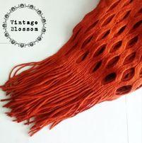 Marchwiowy szalik szal z dziurami oryginalny frędzle scarf damski zima