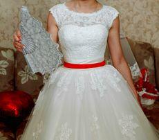 Шикарное свадебное платье со шлейфом