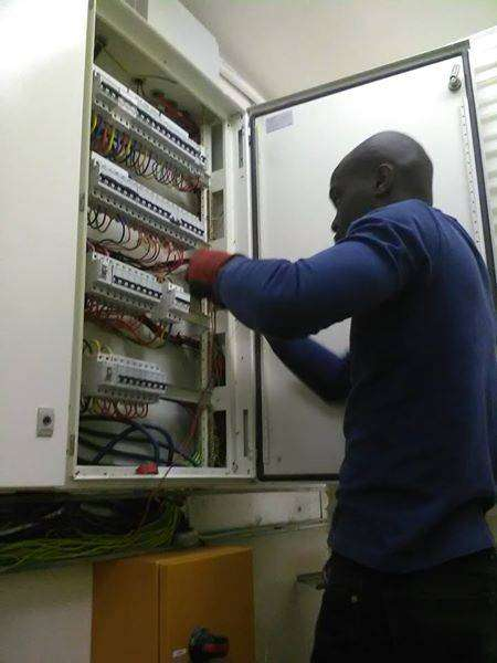 Registered & qualified electrician available 24/7