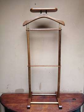 Lovely solid wood suite stand.