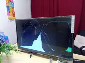 A 32 inch dixon TV for sale with crack on the screen