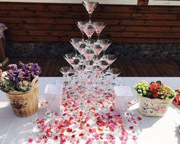 Пирамида из бокалов шампанского на свадьбу
