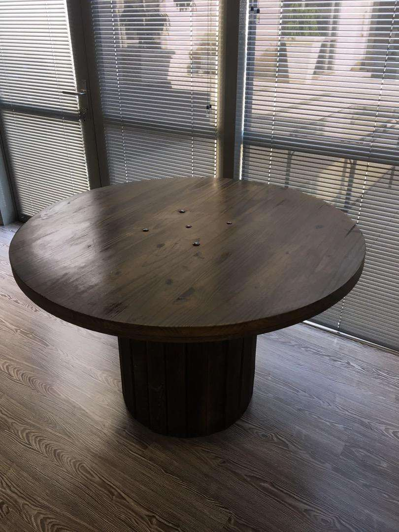 Round wood table 0