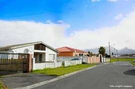 3 Bedroom house for Sale in Retreat 1.2 Million
