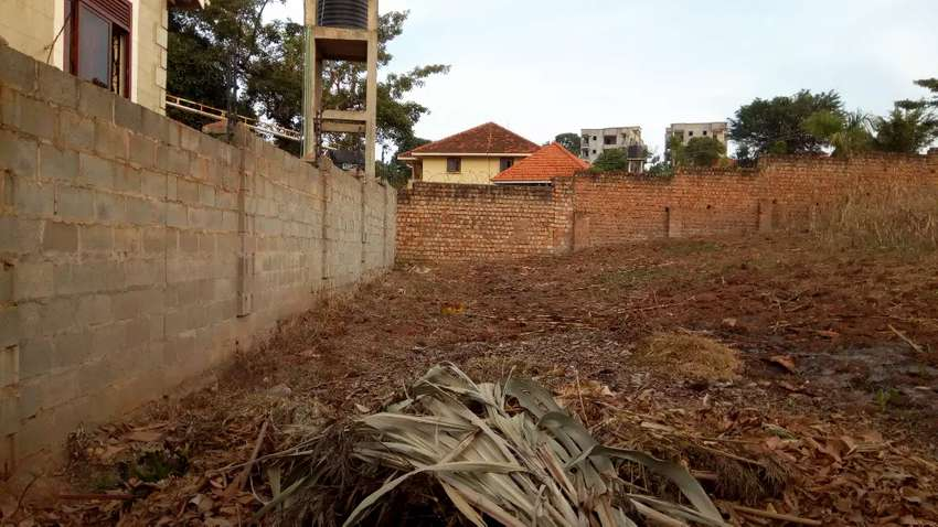 Executive 100*100ft plot encosed in the wall fence in kyambogo at 400m 0