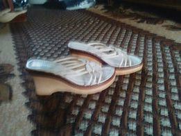 Продам кожані сандалі