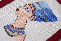 Вышивка крестиком Нефертити оформленная в рамку под стеклом