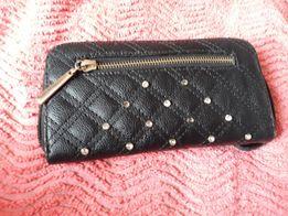 Czarny portfel z cekinami