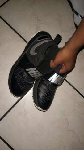 NIKE SHOE 2ND hand size 5 but still in good condition NEGOTIABLE