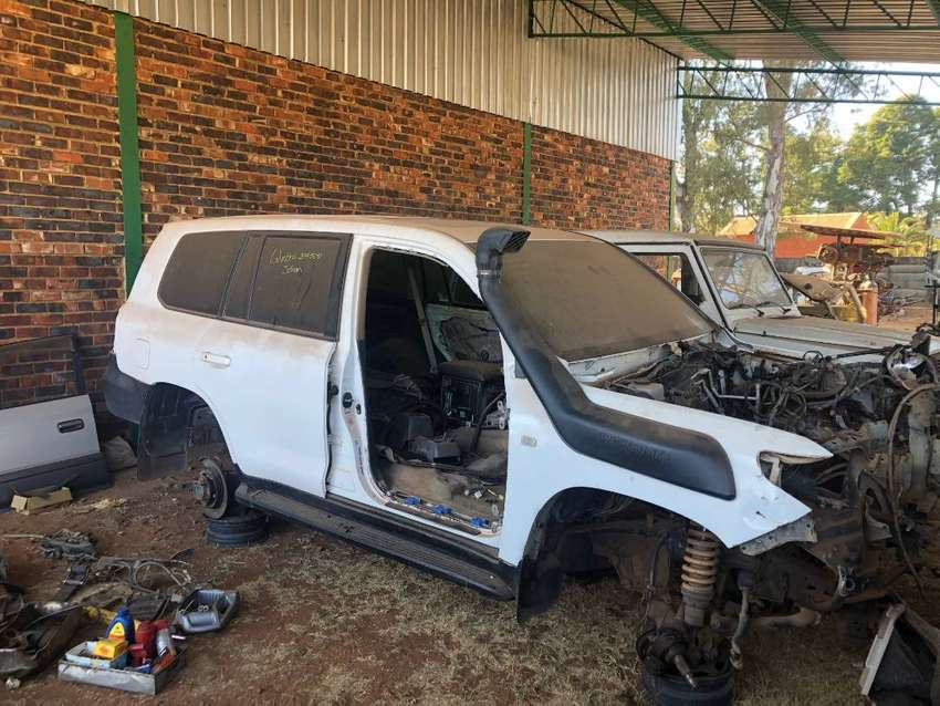 Toyota Landcruiser 200 series breaking for parts
