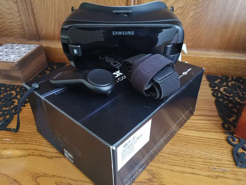 Samsung VR with controller 0