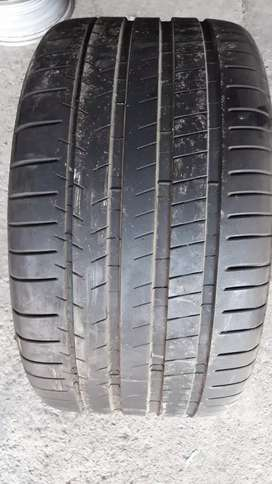325/30 21 Michelin tyre 90% in a very good condition
