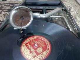 Gramophone / Old Wind-up Vinyl Record Player.