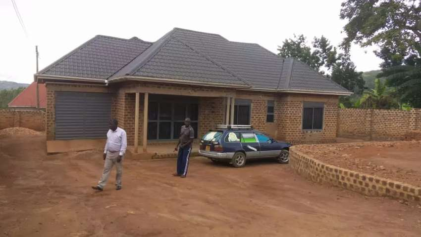 4bedrooms siting ,dining and garage on 20decimals at mazzi kitovu 120m 0