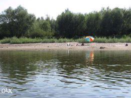 Песчаный пляж на реке с целебной водой.