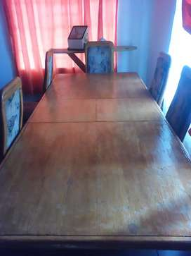 A table with 6 chairs