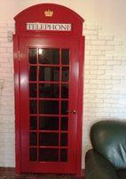 Двери в стиле английской телефонной будки