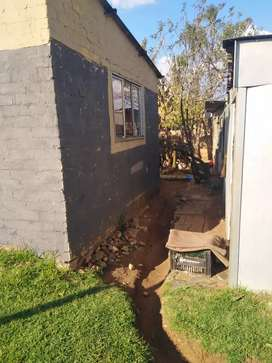 Urgent cash sale hustle free house with title deed in Tshepisong ext 7