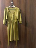 Платье горчичного цвета с рукавами-воланами и поясом на талии