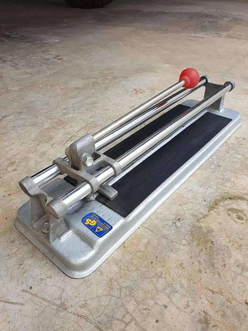 Mighty jaw tile cutter