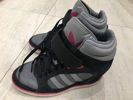 Осіннє жіноче взуття adidas . Розмір 36,5 . У гарному стані.
