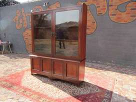 A large-high-quality English mahogany Victorian-style display cabinet