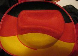 футбольному фанату большой флаг и шляпа германия