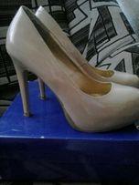 продаю туфли лакированные бежевого цвета 38 р.