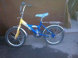 Детский двухколесный велосипед желто синий.