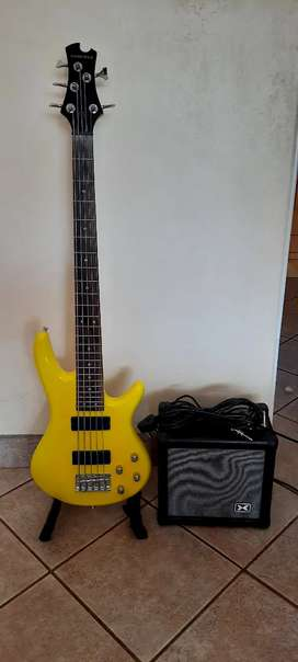 5 string base guitar with amp
