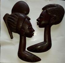 Две маски из красного дерева- символ супружества