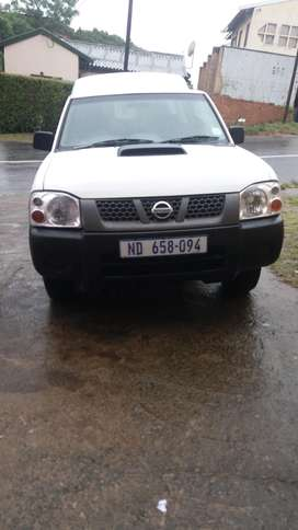 Am selling a nissan np300 hardbody with canopy