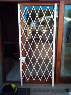 Expanding security swing gate