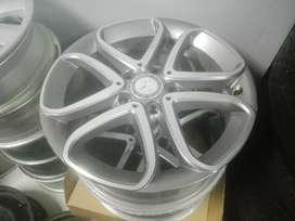 Mercedes Benz original alloy mags size 17 aset still in good condition
