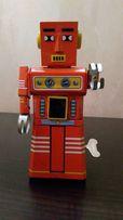 Робот. Ретро игрушка. Заводной механизм. Искры.